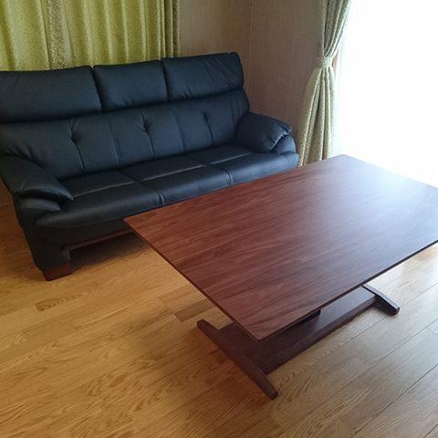ウォルナットテーブルとソファ