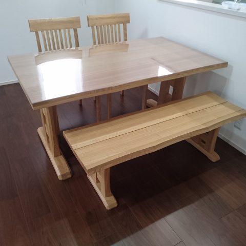 タモ材のダイニングテーブルセット