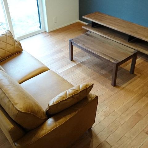 ソファとウォールナットテーブル