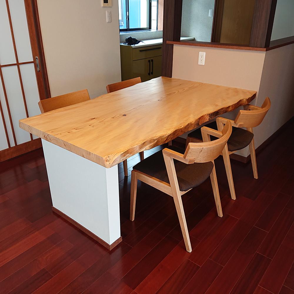 一枚板テーブルとハーフアームダイニングチェア