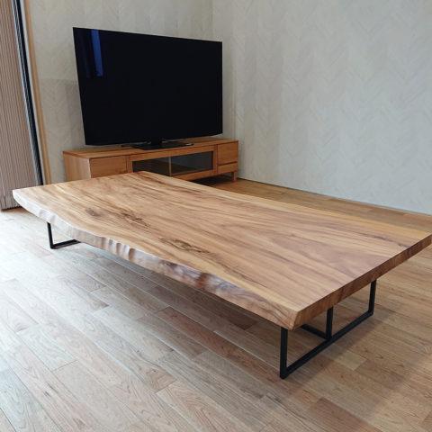 栃の一枚板テーブルと天然木のテレビボード